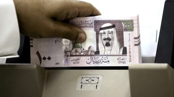 Riyadh, SAUDI ARABIA: A Saudi banker counts new one hundred riyals bearing the portrait of Saudi King Abdullah bin Abdul Aziz al-Saud at a bank in Riyadh, 05 June 2007. The banknotes featuring the king are the fifth issue released by the Saudi Arabian Monetary Agency (SAMA). AFP PHOTO/HASSAN AMMAR (Photo credit should read HASSAN AMMAR/AFP/Getty Images)